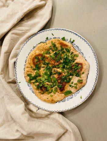 Niks lekkerder dan zelfgebakken vers volkoren spelt naanbrood. Net wat voedzamer en gezonder dan gewoon naanbrood, maar minstens zo goed. Heerlijk bij de curry of soep.