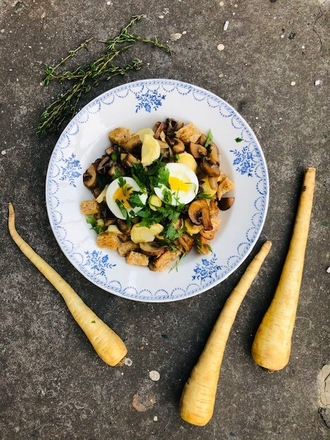 Een heerlijk vegetarisch recept van geroosterde pastinaak, gebakken kastanjechampignons, zelfgemaakte zuurdesem croutons en een zacht gekookt eitje. Een goede combinatie van smaken en texturen.
