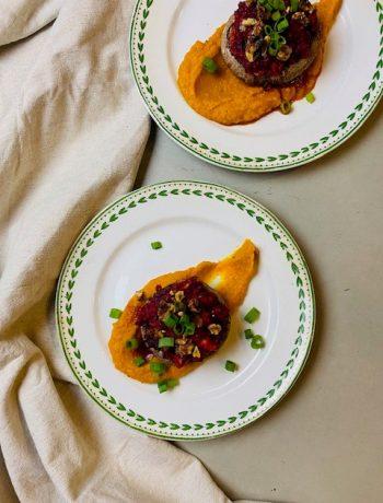Het ideale vegetarische voorgerecht deze gevulde portobello met biet en gierst, geserveerd op een heerlijk zachte pompoenpuree. Boordevol smaak, kleur en groenten.