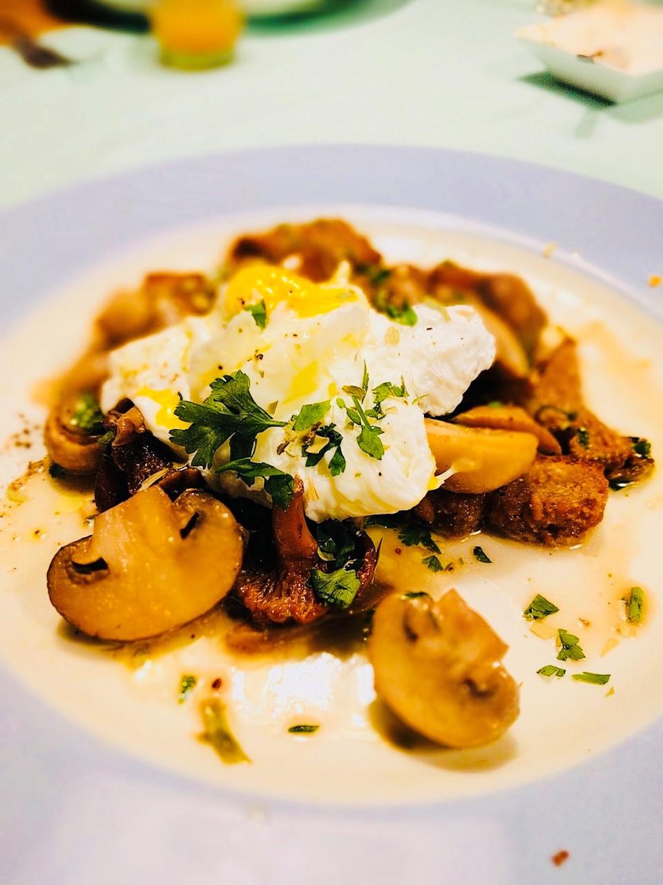 Een super smaakvolle paddestoelen ragout van Ottolenghi met gepocheerd ei en desem croutons. Een heerlijk vegetarisch gerecht wat niet misstaat tijdens een uitgebreid etentje.