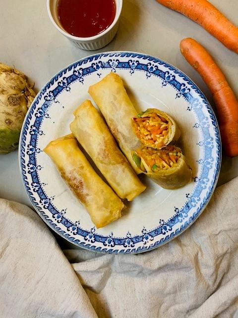 Heerlijke krokante vegetarische én veganistische groenten loempia's met een vulling van wortel en knolselderij. Een lekkere snack boordevol groenten!