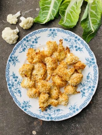 Wist je dat je van bloemkool heerlijke bloemkool nuggets uit de oven kan maken? Een lekker vegetarisch en gezond borrel hapje waar je van kan blijven eten.